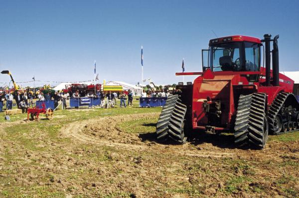 Red_tractor_at_country_fair